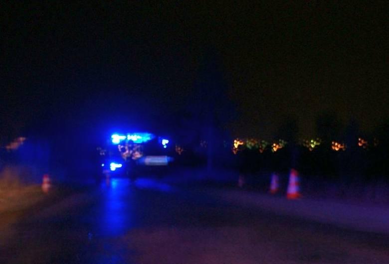 Przybyły na miejsce lekarz mógł tylko stwierdzić zgon. Policjanci przypuszczają, że 50-letnia ofiara szła poboczem prowadząc rower. Na kierownicy wisiały