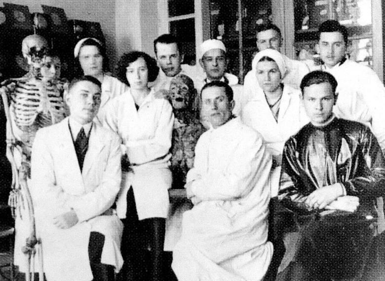 Jedno ze zdjęć z okresu studiów wileńskich z archiwum rodzinnego doktora Piotra Chwala.  Ćwiczenia w Zakładzie Anatomii. Studenci pozują oczywiście w towarzystwie rekwizytów.