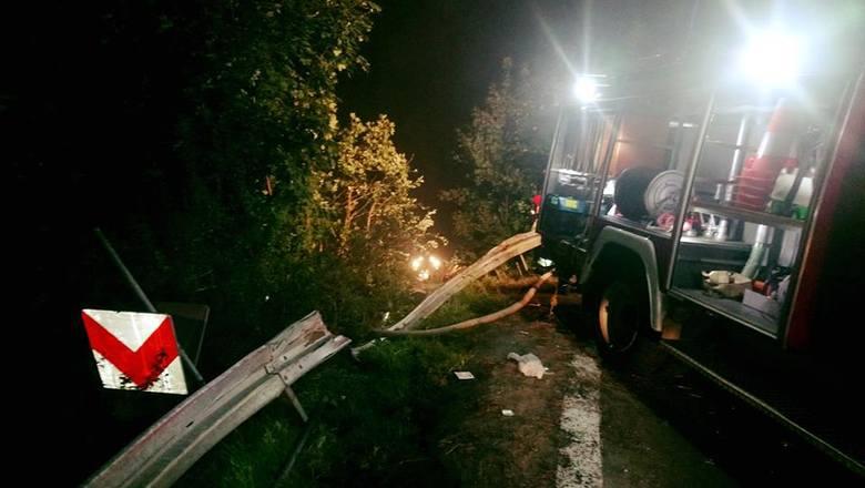 Tragiczny wypadek w Leszczawie Dolnej. Autokar, którym podróżowały 54 osoby stoczył się ze skarpy. Zginęły trzy osoby. Zdjęcia z miejsca wypadku.