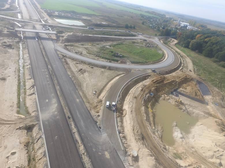 Jak w ostatnich tygodniach przebiegały prace przy budowie drogi S6 na odcinku Kiełpino-Kołobrzeg Zachód? Zobaczcie zdjęcia!Zobacz także Budowa obwodnicy