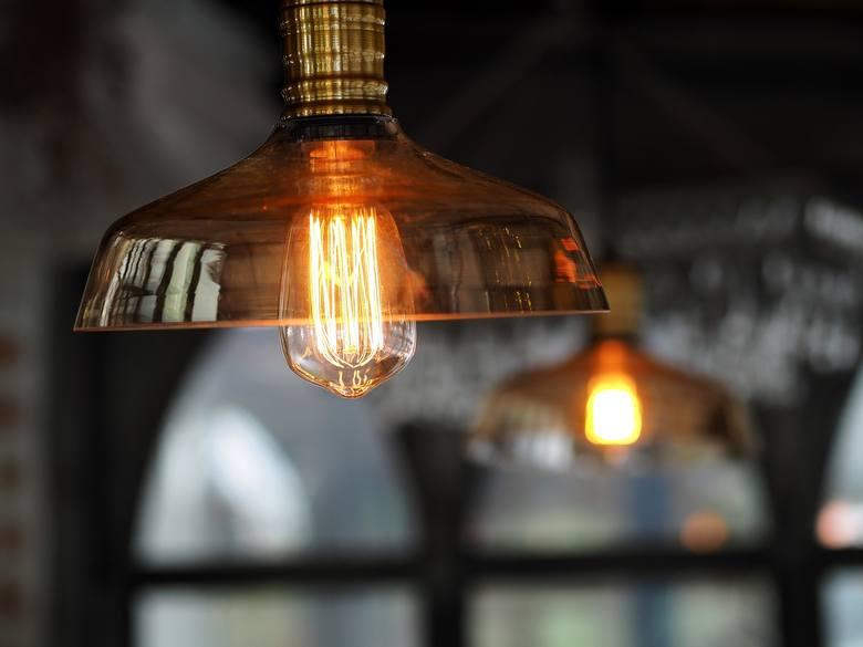 Materiały takie jak metal, szkło czy aluminium idealnie nadają się do industrialnych wnętrz. Wyraziste lampy sufitowe optycznie zmniejszają wysokie pomieszczenia