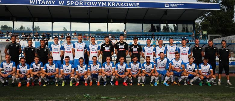 Hutnik Kraków - jesień 2019. Od lewej - górny rząd: Rafał Skórski (trener bramkarzy), Łukasz Łojek (fizjoterapeuta), Leszek Janiczak (trener), Norbert