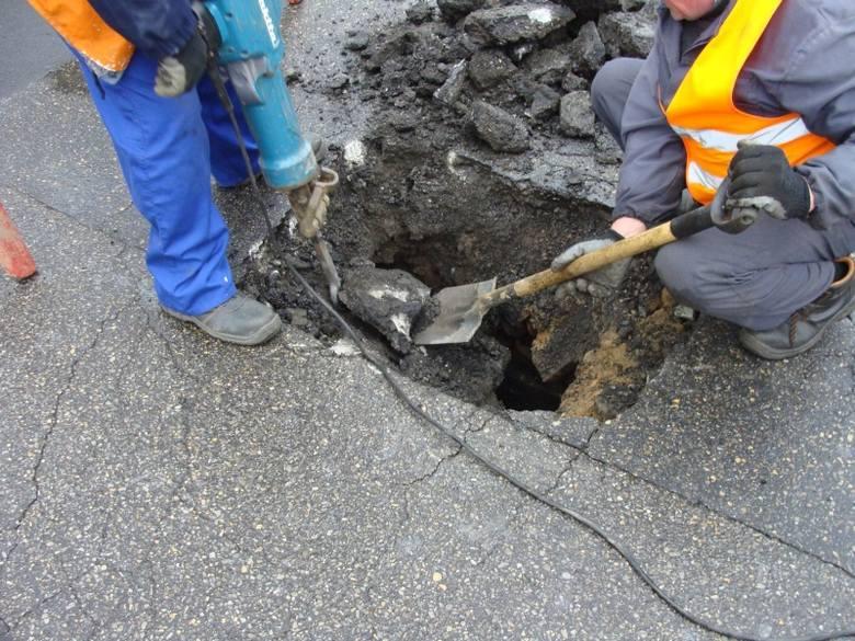 Dziura ma głębokość 2 metrów.