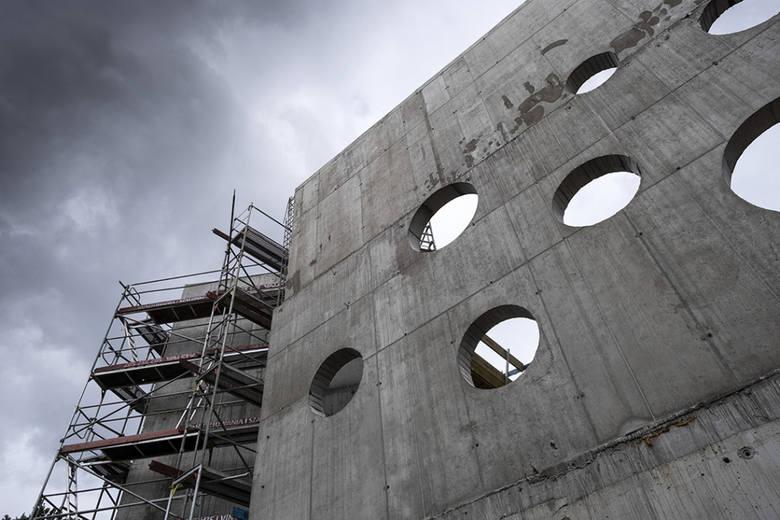 Coraz bardziej widać zarys koncepcji projektantów nowego basenu przy ul. Bażyńskich. Prace przy rozbudowie i modernizacji pływalni zrealizowane są w