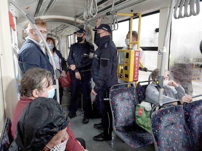 Dlatego szefowie MPK poprosili o pomoc policjantów, którzy będą kontrolować pojazdy MPK i karać pasażerów bez maseczek mandatami do 500 zł. W szczególnych