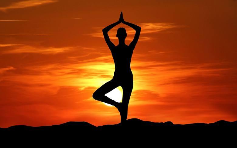 Praktykujesz jogę? A może szukasz powodu, by zacząć albo wrócić na matę? Znamy dodatkowe powody, by docenić tą aktywność – to jej rozległy wpływ na zdrowie.