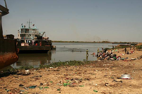 Barka po Nilu - podróz przez SudanPostój w miejscowości Bor.