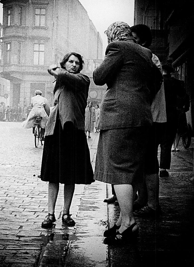 Stary Rynek. Kobiety dyskutują o zajściach. Jedną zaznaczono krzyżykiem, co oznacza, że miała być aresztowana.