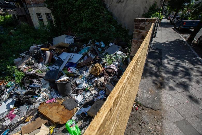 Zdaje się, że to pierwszy krok to oczyszczenia terenu, który w Bydgoszczy od lat funkcjonuje jako dzikie wysypisko. Niedawno posesja została zagrodzona