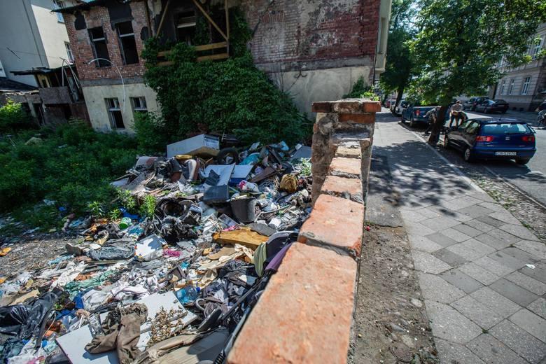Wygląda na to, że mieszkańcy okolic Mazowieckiej 6 po kilku latach wreszcie pozbędą się mało estetycznego, a latem również śmierdzącego problemu. Na