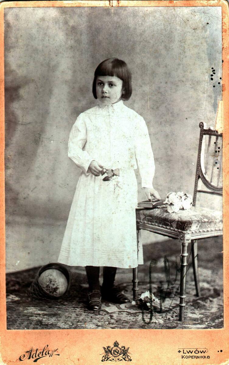 <strong>1902 rok</strong><br /> <br /> Główną ozdobą były koronki. Dziewczynkom towarzyszyć mógł niewielki bukiecik i świeca.