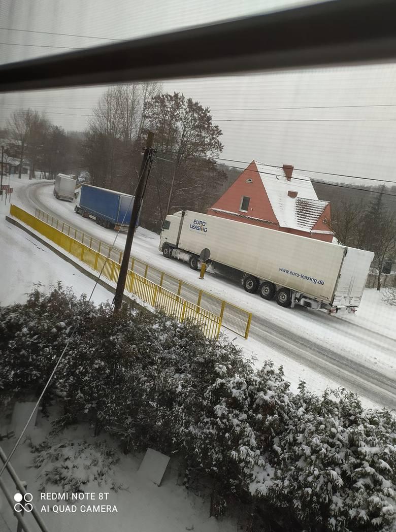 Lubuskie: fatalne warunki na drogach. Zima zaatakowała z zaskoczenia. Sporo śniegu, silny wiatr i mróz. Uważajcie na siebie!