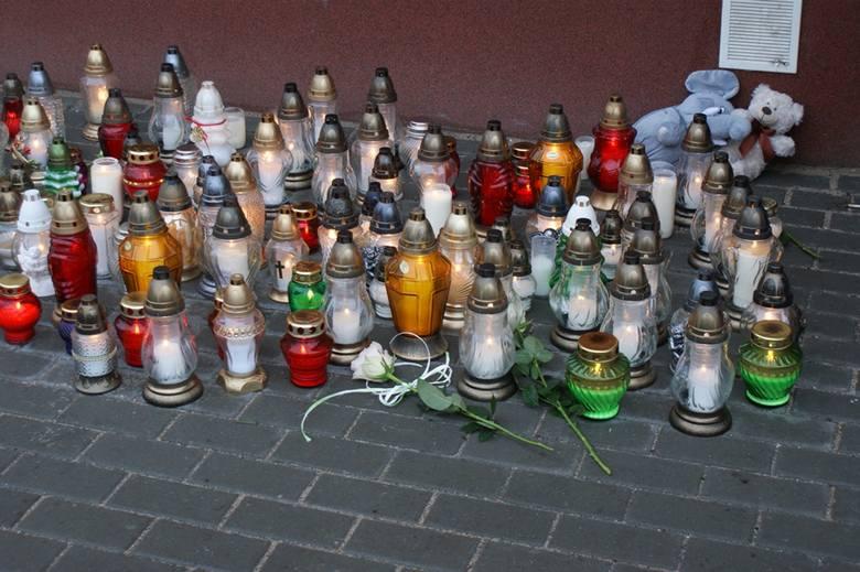 Makabryczne zabójstwo w Pyrzycach. Pod blokiem mieszkańcy zapalają znicze [ZDJĘCIA]