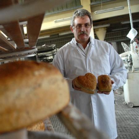 - Proces produkcji naszego chleba razowego trwa trzy doby, nic nie jest przyspieszane, nie dodajemy żadnych ulepszaczy czy barwników - zapewnia dyrektor