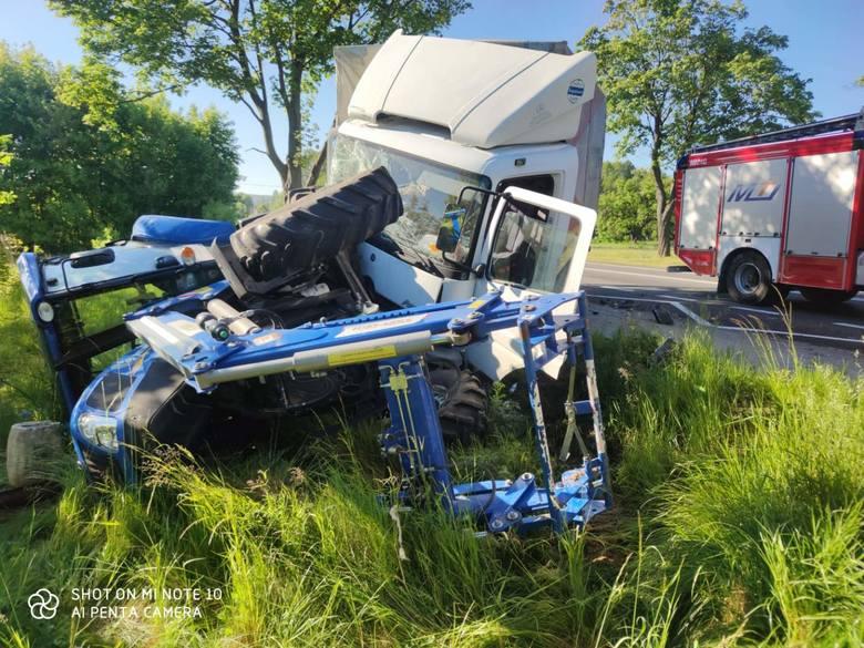 """Wypadek na krajowej """"74"""". W Przełomie ciężarówka uderzyła w dwa ciągniki (ZDJĘCIA)"""