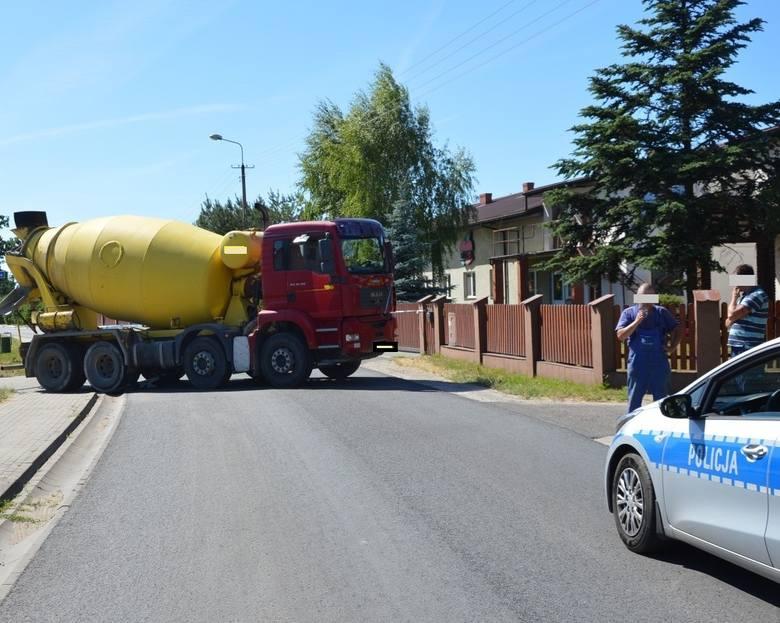 W środę (6.06.) około godziny 14.30 w miejscowości Mała Nieszawka doszło do bardzo poważnego w skutkach wypadku. Kierujący pojazdem ciężarowym  betoniarką