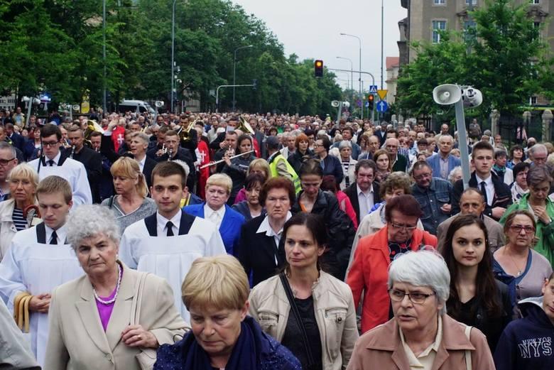 Tłumy ludzi wzięły udział w piątek w procesji eucharystycznej ku czci Najświętszego Serca Pana Jezusa. Wierni, modląc się i śpiewając, wyruszyli sprzed