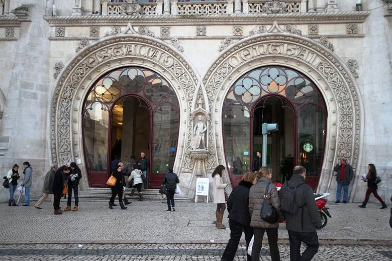 Dworzec Rossio / Lizbona, PortugaliaZaprojektowany i wybudowany w końcówce XIX wieku. Warto wejść do środka oryginalnymi, przeszklonymi drzwiami, żeby