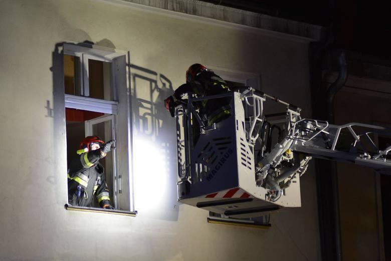Akcja gaśnicza strażaków na Rynku w Kluczborku. We wtorek wieczorem zapaliły się sadze w kominie w jednym z budynków na kluczborskim Rynku. Strażacy