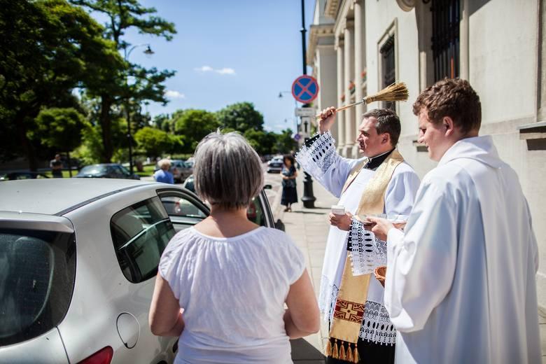 Święcenie aut przed katedrą w Łodzi.