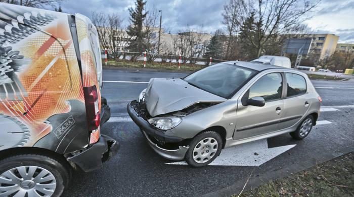 Cztery samochody zderzyły się we wtorek (2 lutego) z samego rana na ul. Łużyckiej przy skręcie w ul. Monte Cassino w Zielonej Górze.Kierująca peugeotem