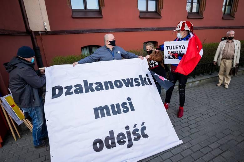 Pod budynkiem Sądu Okręgowego w trakcie procesu Bogdana Dzakanowskiego manifestowali działacze KOD-u i Brygady Ulicznej Opozycji