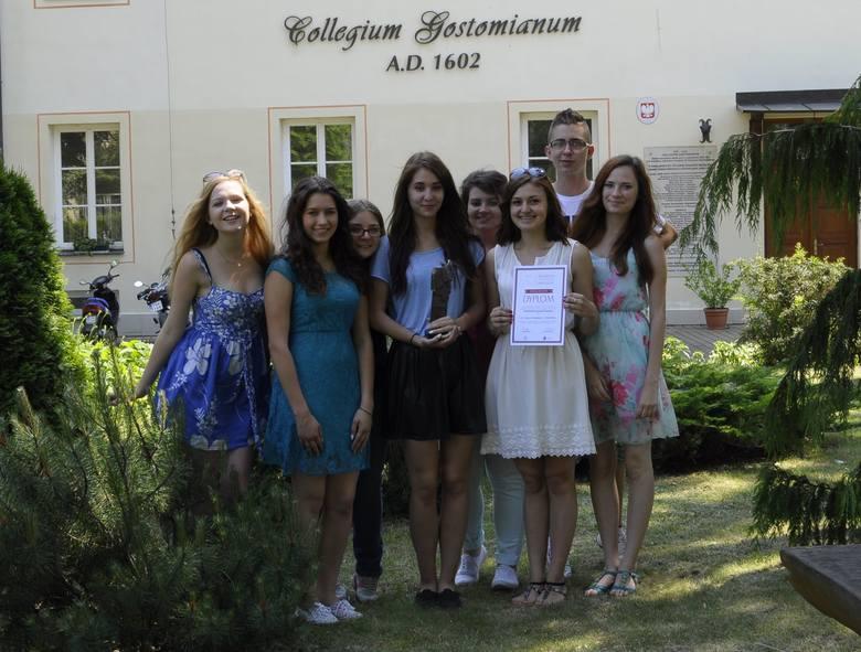 Licealiści z Collegium Gostomianum z dumą prezentują wywalczoną statuetkę i dyplom.