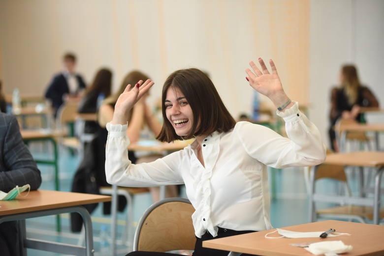 Pierwszy dzień matur 2020 - egzamin pisemny z języka polskiego - 8 czerwca. Zdjęcia z III oraz VII LO w Zielonej Górze