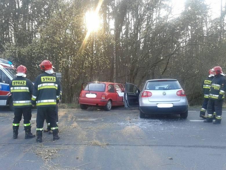 Strażacy i policjanci wciąż pracują na miejscu wypadku. Jeszcze jakiś czas nie będzie przejazdu drogą wojewódzką 106, w miejscu wypadku. Policja kieruje