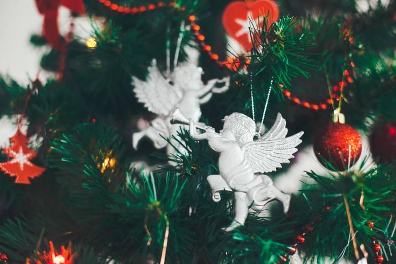 Choinka z lat 90. miała także swój klimat. Ozdoby bożonarodzeniowe w wielu aspektach nawiązywały do tych sprzed wielu lat. Na drzewku wigilijnym można