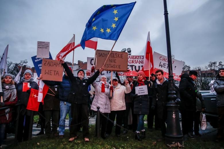 """Manifestowali z transparentami """"Chcemy weta"""" przed wejściem do Bazyliki Św. Brygidy."""