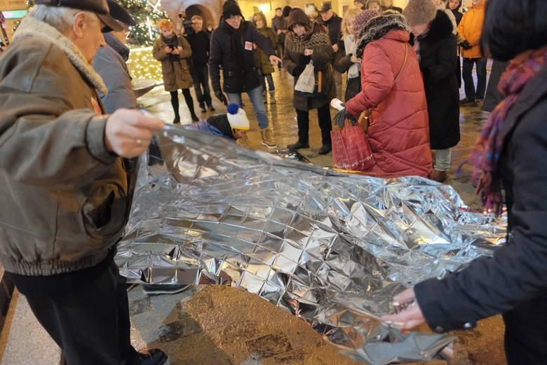 Lublinianie ułożyli serce ze zniczy ku pamięci zamordowanego prezydenta Gdańska Pawła Adamowicza