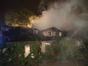Z zagrożonego budynku ewakuowano łącznie 14 osób. Strażacy natychmiast podjęli walkę z ogniem, by zapobiec jego rozprzestrzenieniu na sąsiadni obiek