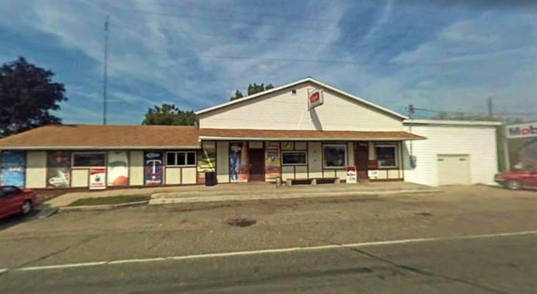Przy głównej drodze nr 17 mieści się Bialka's Bar. To knajpa, sklep i stacja paliw w jednym. Ma ponad sto lat tradycji i jest prowadzony przez kolejne