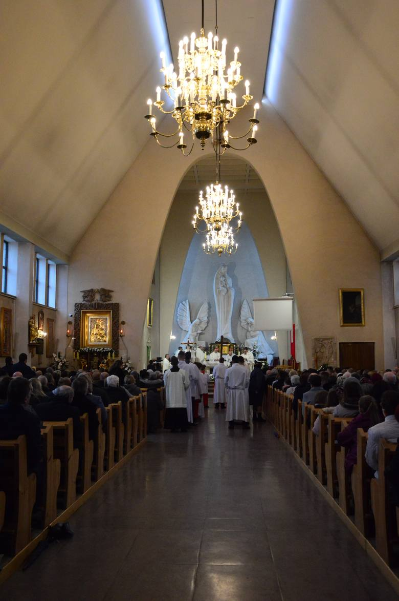 Dziekanowice Sanktuarium Macierzyństwa NMPW kościele może przebywać jednocześnie do 45 osób.