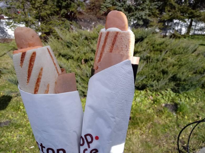 Wege hot dogi można już było od jakiegoś czasu zjeść na stacjach Orlen i Lotos, a także w Ikei. Do listy miejsc, w których można wybrać wegańskiego hot