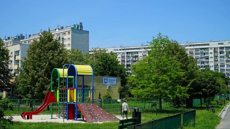 Na osiedlu znajduje się duży plac zabaw dla dzieci
