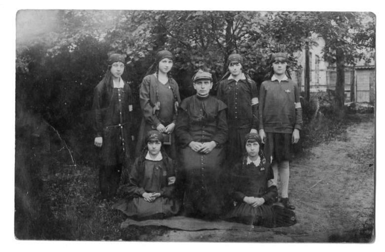 Zdjęcie z XX-lecia międzywojennego. W środku ks. Paweł Grzybowski.