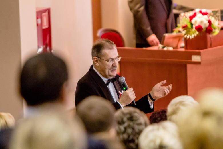 Roman Kowalczyk chętnie spotyka się z nauczycielami i uczniami. Spotkania najczęściej zaczyna od śpiewu