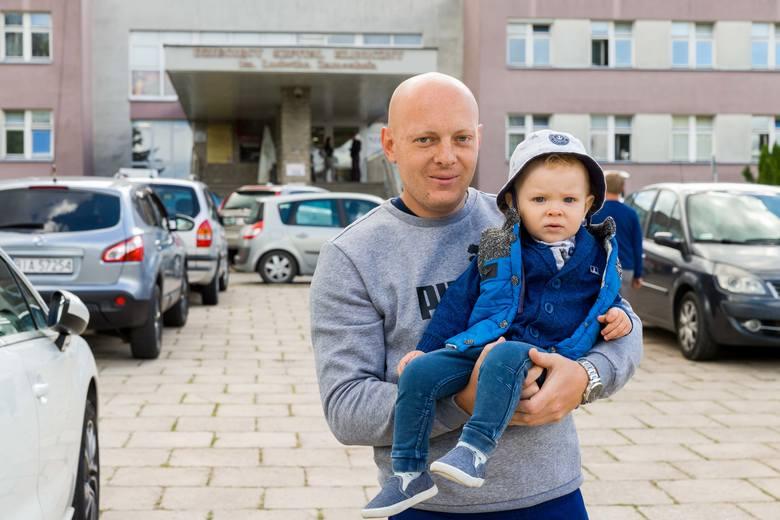 - Do pewnego wielu dziecko nie zostanie samo w szpitalu. Rodzice muszą nocować w szpitalach i całe szczęście nie trzeba już z to płacić - cieszy się Adrian Iwaniuk, ojciec małego Antoniego.