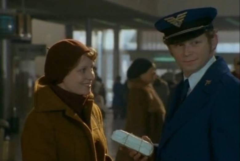 """Odcinek pierwszy """"Major opóźnia akcję"""". Na zdjęciu Dorota Kawęcka jako milicjantka Elka Iwanowska oraz steward, którego zagrał Witold Dębicki. <br />"""