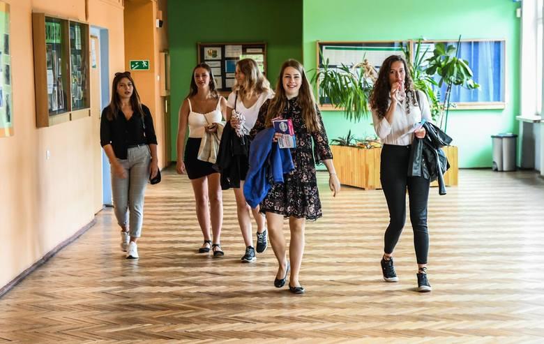 Rozpoczął się rok szkolny. My odwiedziliśmy uczniów 7 Liceum Ogólnokształcącego w Bydgoszczy.  W uroczystościach wziął udział między innymi prezydent