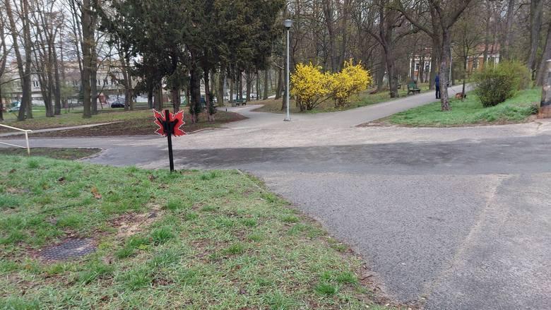 Zniszczona tablica w parku