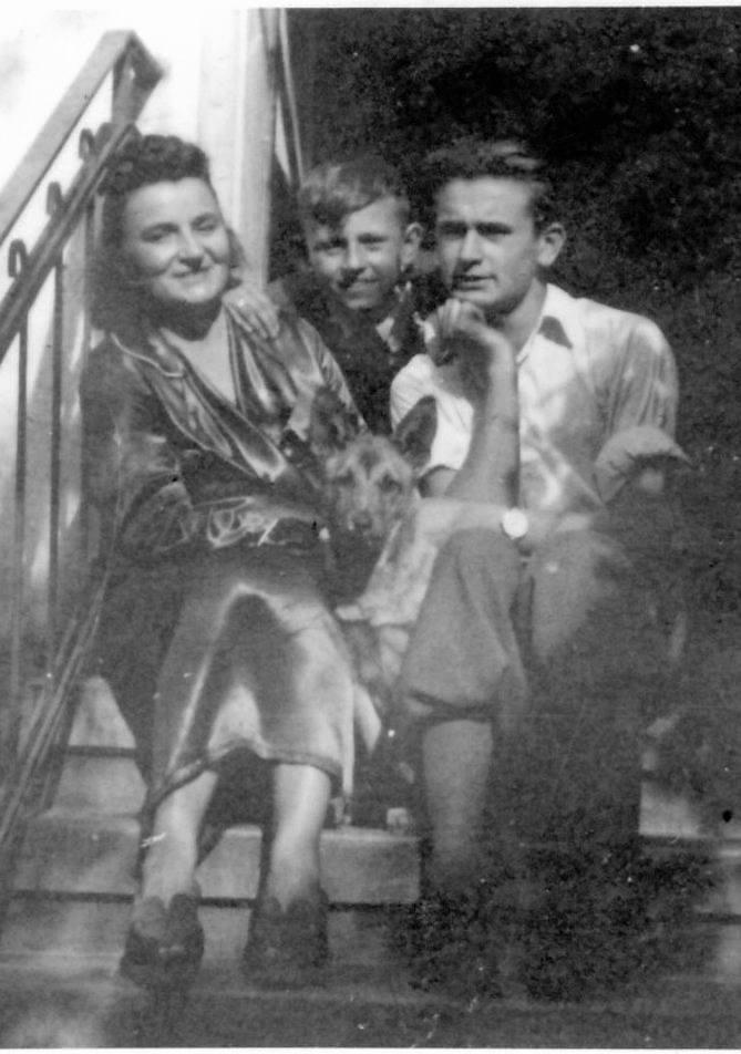 Z mamą i bratem przed domem we Wrzeszczu