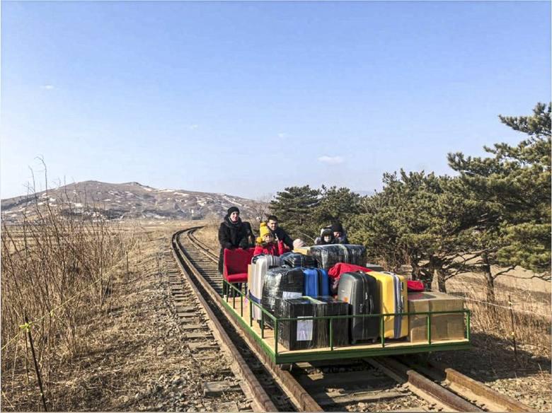 Rosyjscy dyplomaci z rodzinami wydostali się z zablokowanej Korei Północnej przy pomocy drezyny (VIDEO)