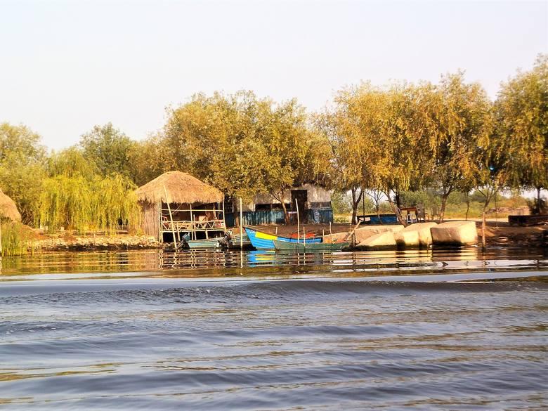 Łodzie i suszarnie ryb, którymi żywią się głównie mieszkańcy tzw. laguny w okolicach Anzali