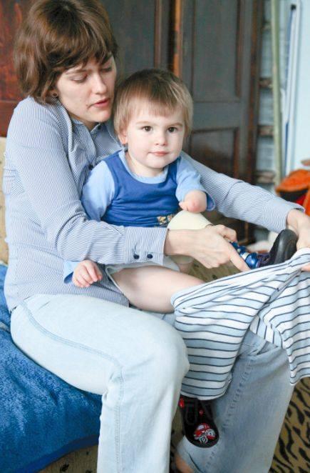 Maciuś, który urodził się bez nóżki, może chodzić dzięki protezie.