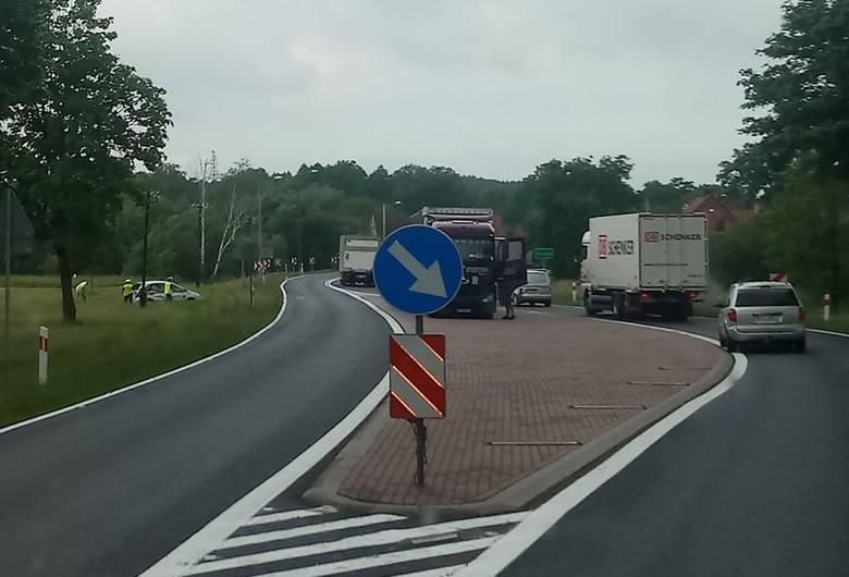 Do groźnie wyglądającego zdarzenia doszło w czwartek, 13 czerwca, w Gronowie koło Krosna Odrzańskiego. Kierujący nissanem uderzył w ciężarówkę i wypadł