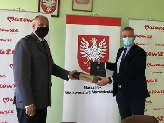 Z rąk wicemarszałka Rajkowskiego (z prawej) alkomaty odebrali przedstawiciele komend w regionie.