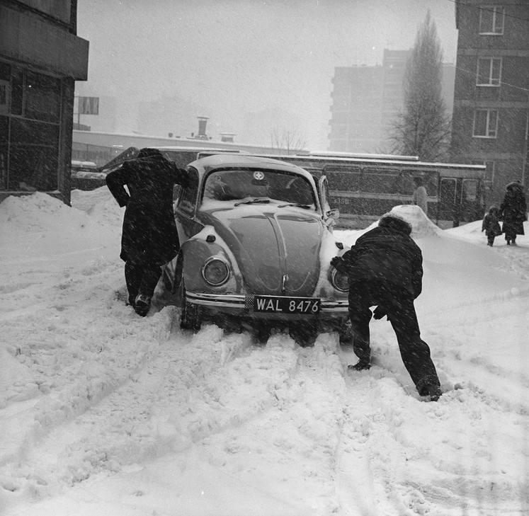 Zima stulecia zaczęła się w sylwestrową noc 1978 roku. Gdy wszyscy świetnie się bawili, zaczął sypać śnieg. I nie przestawał. Zobaczcie archiwalne zdjęcia.